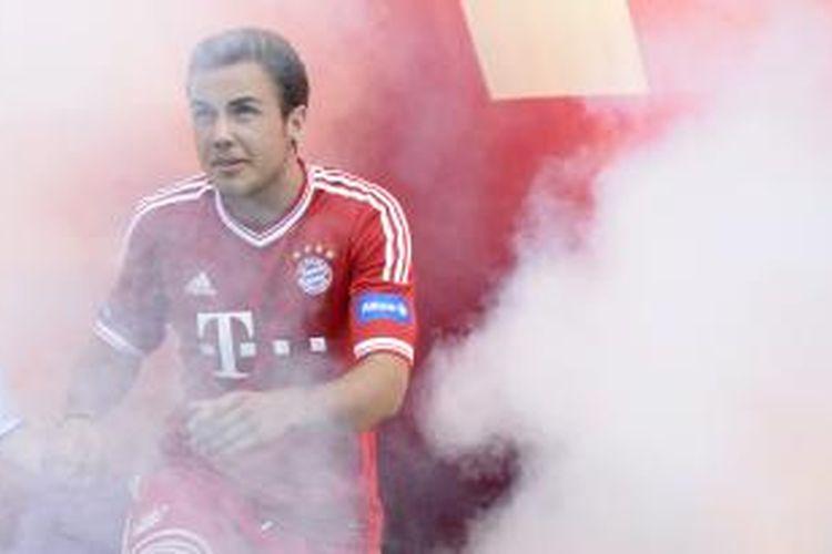 Gelandang baru Bayern Muenchen, Mario Goetze, ketika menghadiri presentasi tim Bundesliga itu di Muenchen, 23 Juli 2013.