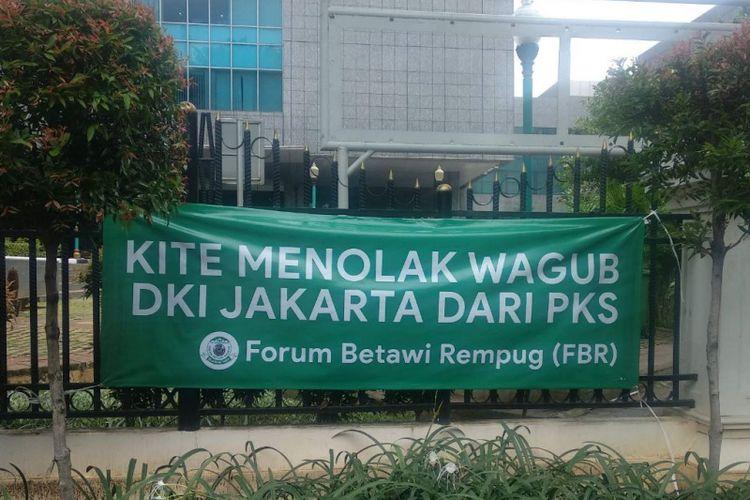Spanduk penolakan terhadap cawagub DKI dari PKS muncul di pagar DPRD DKI Jakarta, Jalan Kebon Sirih, Jakarta Pusat, Selasa (26/2/2019).