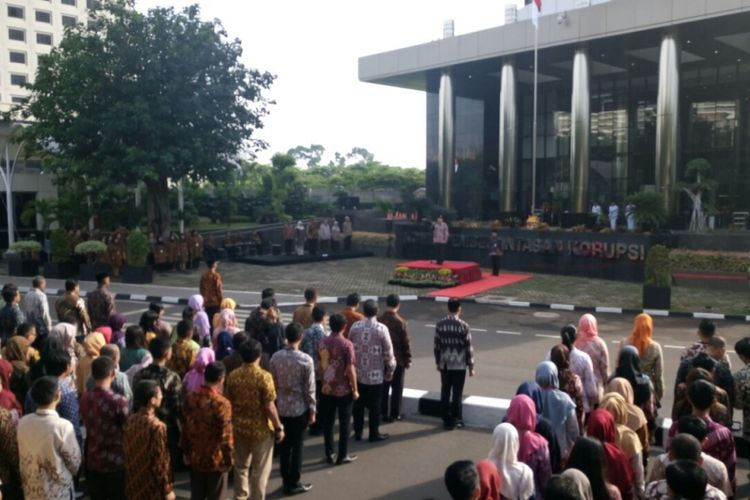 Upacara peringatan hari Pahlawan di halaman depan gedung KPK, Kuningan, Jakarta. Jumat (10/11/2017)