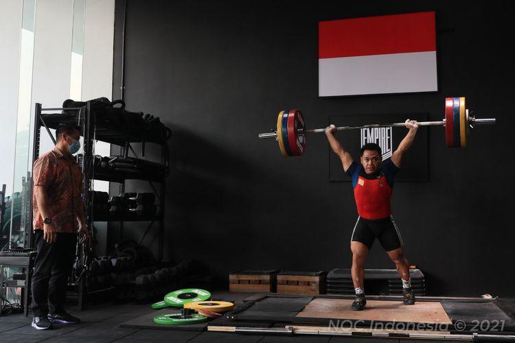Pelatih angkat besi Indonesia yang dipinjam dari Timnas Angkat Besi Thailand untuk menangani lifter Eko Yuli Irawan (kanan), Lukman (kiri).