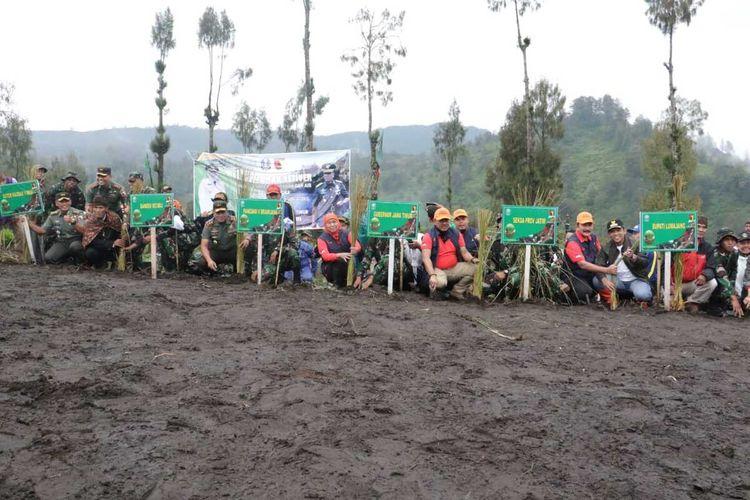 Penanaman simbolis tanaman Vetiver di lereng Gunung Semeru, tepatnya di Desa Ranupani, Kecamatan Senduro, Lumajang, Jawa Timur, Sabtu (15/2/2020).