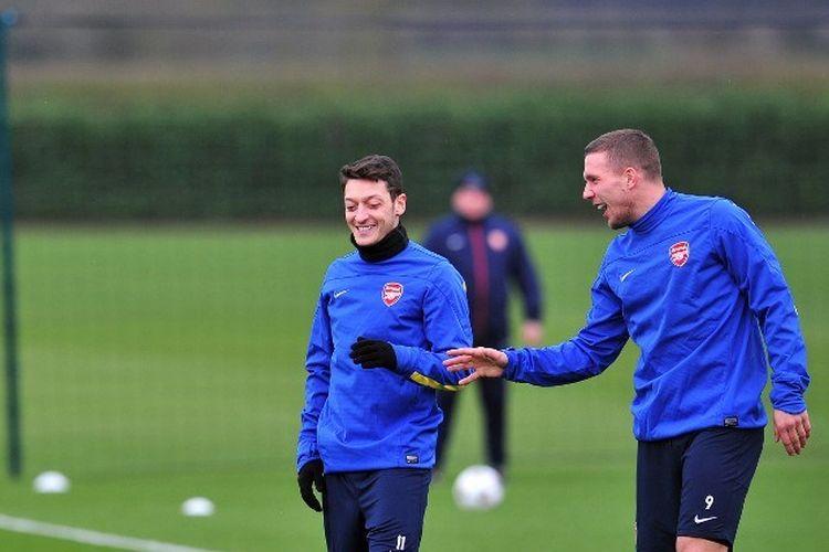 Mesut Oezil dan Lukas Podolski sewaktu masih di Arsenal