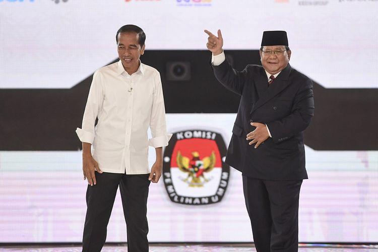 Capres nomor urut 01 Joko Widodo dan capres nomor urut 02 Prabowo Subianto usai mengikuti debat capres putaran keempat di Hotel Shangri La, Jakarta, Sabtu (30/3/2019). Debat itu mengangkat tema Ideologi, Pemerintahan, Pertahanan dan Keamanan, serta Hubungan Internasional. ANTARA FOTO/Hafidz Mubarak A/foc.