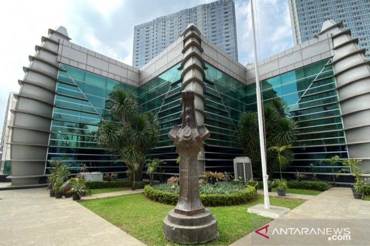 Gedung panjang di Taman Ismail Marzuki (TIM) terinspirasi dari lirik lagu Rayuan Pulau Kelapa karya Ismail Marzuki (1914-1958).