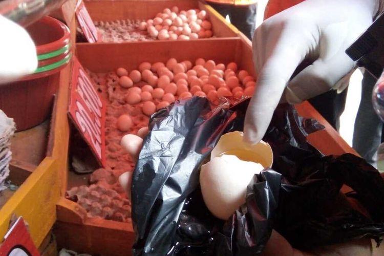 Telur infertil ditemukan dijual oleh salah seorang pedagang telur di sekitar Pasar Induk Cikurubuk, Kota Tasikmalaya, beberapa waktu lalu.