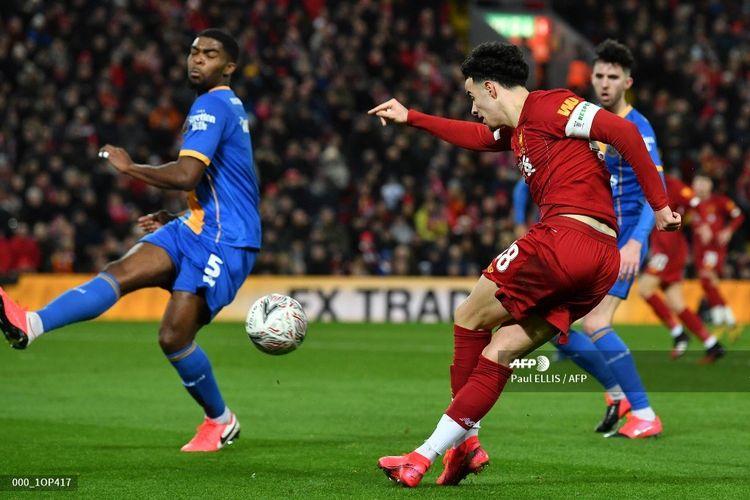 Pemain muda Liverpool, Curtis Jones (kanan), melakukan umpan silang dengan tekhnik rabona pada laga putaran keempat Piala FA melawan Shrewsbury Town, 4 Februari 2020.