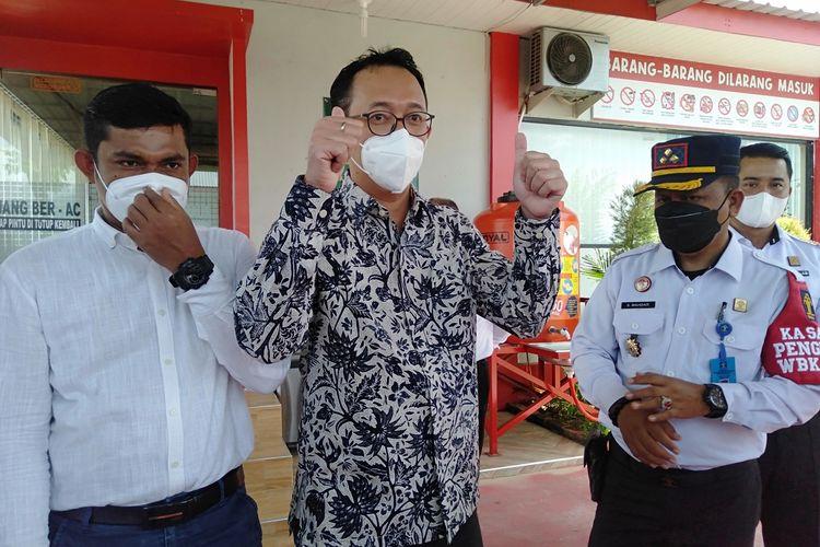 Komisioner Komnas HAM Beka Ulung Hapsara mengunjungi dosen Universitas Syiah Kuala (USK) Banda Aceh, Saiful Mahdi, di Lapas Kelas II A Banda Aceh, Rabu (13/10/2021).