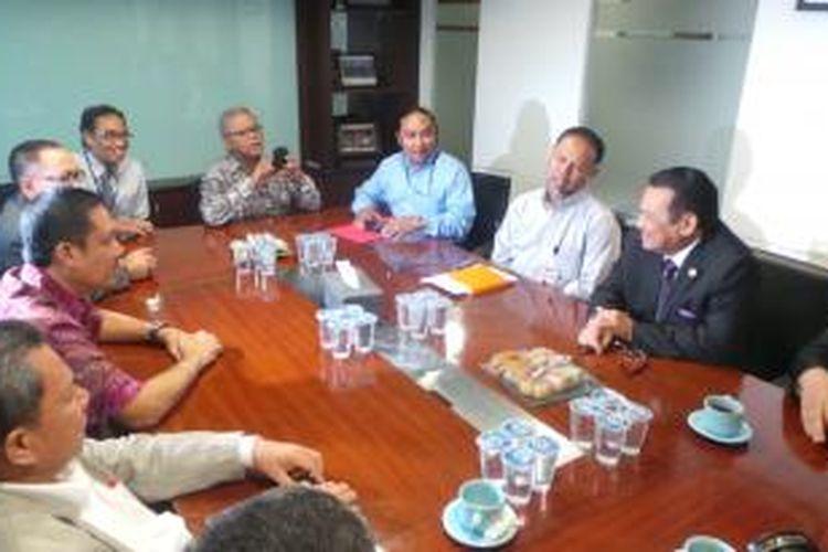 Wakil Ketua KPK Bambang Widjojanto (dua dari kanan) bertemu advokat Peradi, di Kantor Peradi, Jakarta, Kamis (5/2/2014).