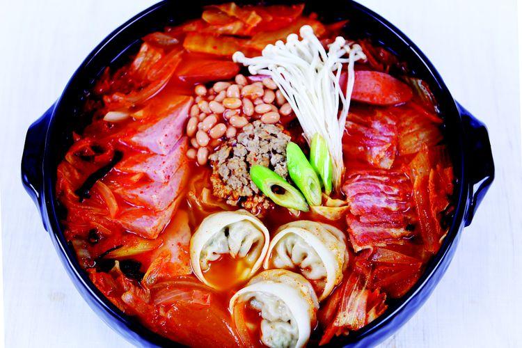 Ilustrasi budae jjigae, sup khas Korea dengan isi utama sosis dan daging.
