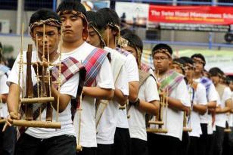 Sekitar 600 siswa memainkan angklung saat pembukaan Edufair ke-10 di SMA Kanisius, Menteng, Jakarta Pusat, Sabtu (25/9/2010).