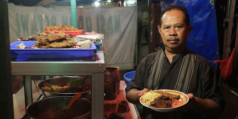 Bang Udin, generasi kedua pengelola Warung Nasi Uduk Bang Udin di Kawasan Rawa Belong, Palmerah, Jakarta. Usaha warung nasi uduk pertama kali dijalankan oleh ayahnya pada tahun 1986 yakni Dasuki.