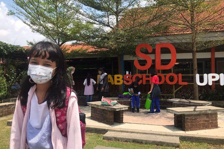 Kalea Rinjani Syah Putri (10) mengenakan pakaian bebas saat PTM karena seragamnya yang kekecilan.