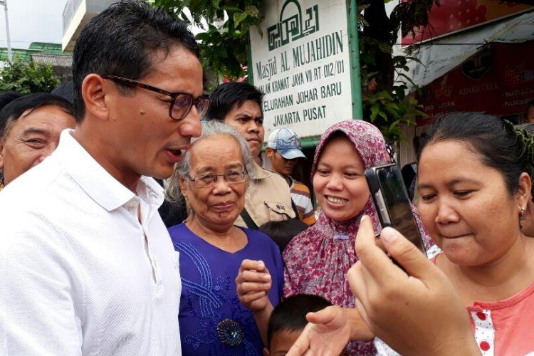 Calon wakil gubernur DKI Sandiaga Uno berkampanye di kawasan RW 02 Jalan Kramat Raya Baru, Johar Baru, Jakarta Pusat. Jumat (31/3/2017)