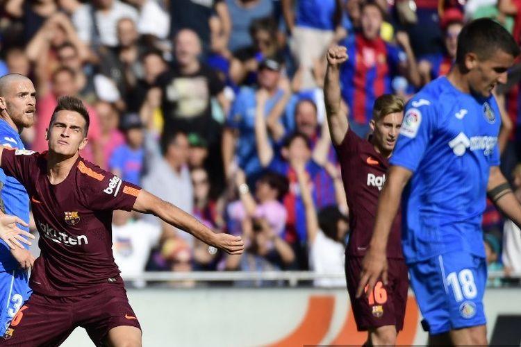 Gelandang Barcelona dari Spanyol Denis Suarez merayakan gol dengan gelandang Barcelona dari Spanyol Sergi Roberto (kiri) selama pertandingan sepak bola liga Spanyol Getafe CF vs FC Barcelona di stadion Kolonel Alfonso Perez di Getafe pada 16 September 2017.