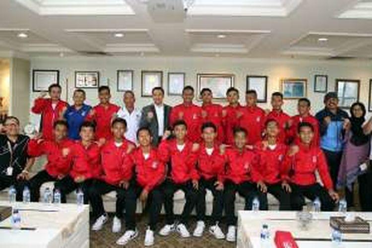 Rombongan Liga Ko0mpas Gramedia (LKG) U-15 saat diterima Menpora Imam Nahrawi, kamis (14/7/2016).