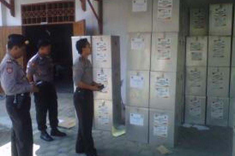 Personel Polres Kediri Kota menjaga logistik Pilgub Jatim dan logistik Pilwalkot Kediri saat pendistribusian dari kantor KPUD ke tiap TPS, Rabu (28/8/2013).