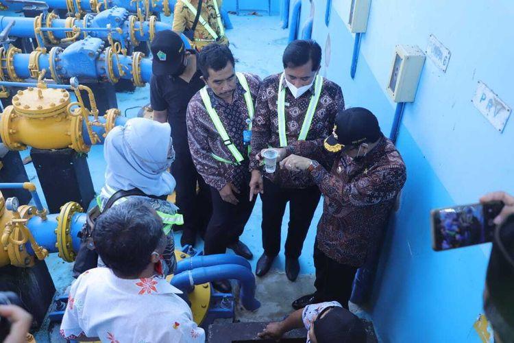 Dirut Perusahaan Umum Daerah (Perumda) Tugu Tirta atau Perusahaan Daerah Air Minum (PDAM) Kota Malang, M Nor Muhlas (tengah) bersama Wali Kota Malang, Sutiaji saat mengecek mesin pompa air di Sumber Wendit, Pakis, Kabupaten Malang pada Jumat (13/11/2020).