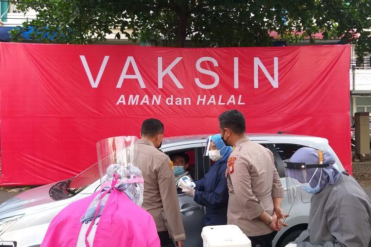 Polres Metro Jakarta Selatan menyediakan layanan vaksinasi Covid-19 secara drive thru untuk para warga Jakarta Selatan.