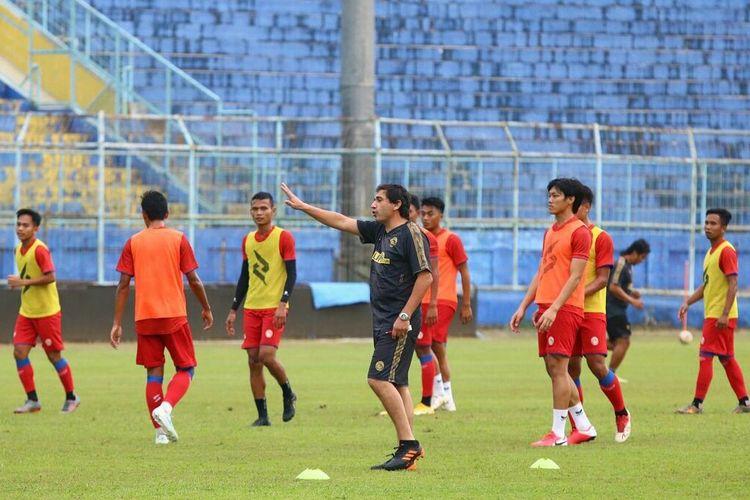 Setelah diresmikan sebagai pelatih Arema FC Eduardo Almeida memimpin latihan perdana di Stadion Kanjuruhan Kabupaten Malang, Jawa Timur, Kamis (20/05/2021) sore.