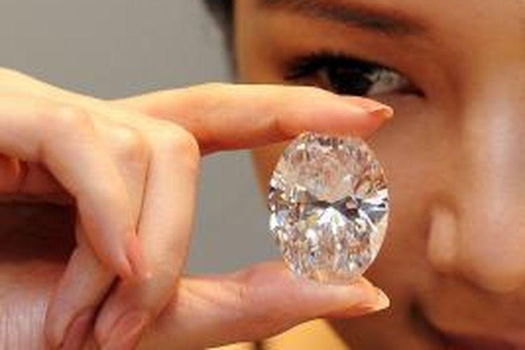 Berlian putih ini terjual sebesar 30,6 juta dolar AS dalam sebuah lelang di Hong Kong, Senin (7/10/2013).