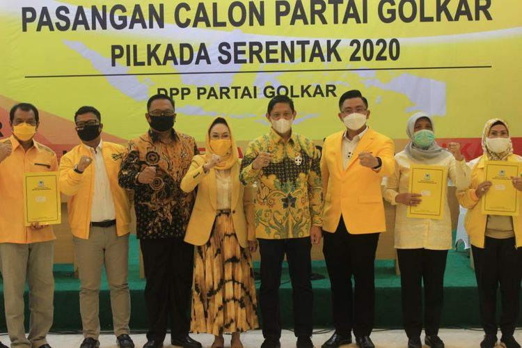 DPP Partai Golkar saat menyerahkan SK B1-KWK untuk empat Paslon kepala daerah di Banten