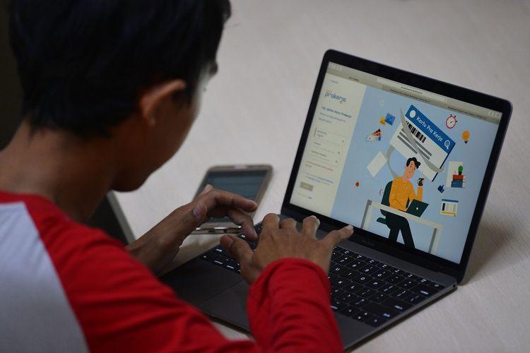 Warga mencari informasi tentang pendaftaran program Kartu Prakerja gelombang kedua di Jakarta, Senin (20/4/2020). Pemerintah membuka gelombang kedua pendaftaran program yang bertujuan memberikan keterampilan untuk kebutuhan industri dan wirausaha itu mulai Senin ini hingga dengan Kamis (23/4/2020) melalui laman resmi www.prakerja.go.id. ANTARA FOTO/Aditya Pradana Putra/wsj.   *** Local Caption ***