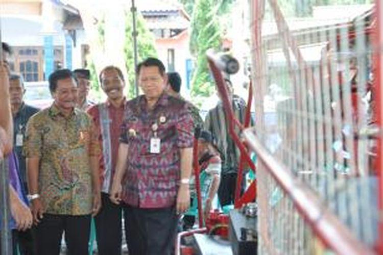 Bupati Semarang, Mundjirin menyerahkan bantuan traktor kepada perwakilan petani tebu di Desa Bener, Kecamatan Tengaran, Selasa (4/11/2014) siang.