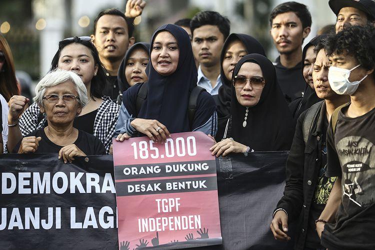 Aktivis Jaringan Solidaritas Korban untuk Keadilan Sumarsih (kiri) berpose dengan istri penyidik senior Komisi Pemberantasan Korupsi (KPK) Novel Baswedan, Rina Emilda (tengah) dan aktivis lainnya seusai aksi Kamisan ke-581 di depan Istana Merdeka, Jakarta, Kamis (11/4/2019). Mereka menuntut presiden untuk membentuk Tim Gabungan Pencari Fakta (TGPF) yang independen untuk mengungkap kasus penyiraman air keras yang menimpa penyidik senior Komisi Pemberantasan Korupsi (KPK) Novel Baswedan.