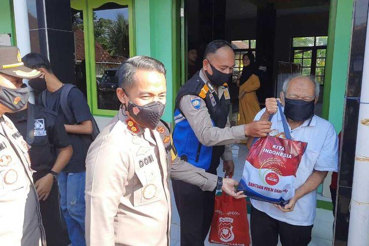 Kepala Polresta Tasikmalaya AKBP Doni Hermawan, berkeliling perkampungan memberikan bantuan sembako bagi warga isoman di tempat tinggalnya, Jumat (16/7/2021).