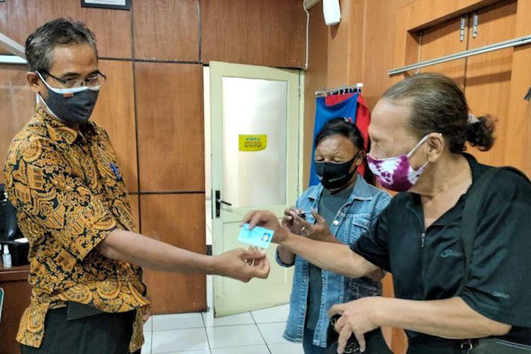 Dinas Kependudukan dan Pencatatan Sipil Kota Yogyakarta menyerahkan KTP kepada warga dari kelompok marjinal.