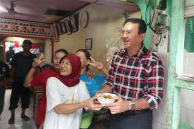 Calon gubernur DKI Jakarta Basuki Tjahaja Purnama atau Ahok saat blusukan untuk berkampanye di Rawa Belong, Jakarta Barat, Rabu (2/11/2016).