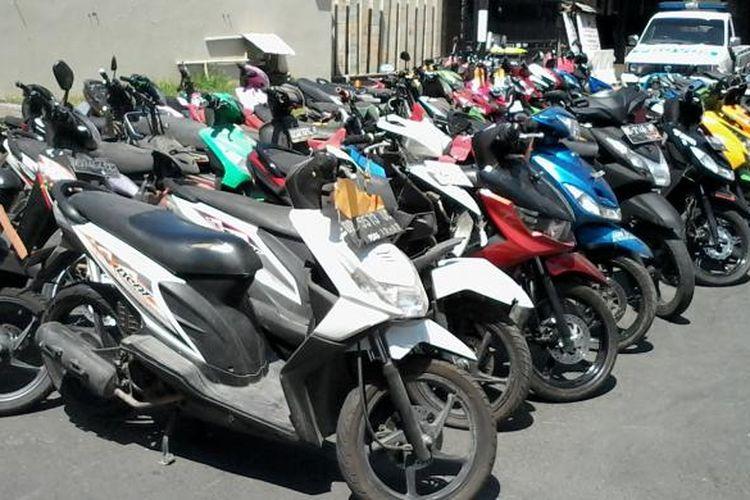 Polrestabes Makassar menggelar pameran motor hasil curian yang berhasil disitanya dalam kurung waktu tiga bulan terakhir, Selasa (22/9/2015).