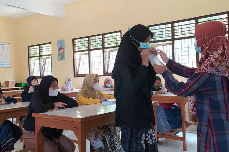 Salah satu santri putri menggunakan alat GeNose untuk deteksi Covid-19 di Pondok Pesantren (Ponpes) At Taujieh Al Islamy 2 Kabupaten Banyumas, Jawa Tengah, Senin (22/3/2021).