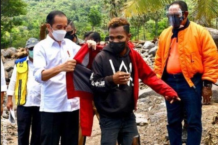 Presiden Joko Widodo (Jokowi) memberikan jaketnya kepada Fransiskus Ade Iran Ata Wolo, pemuda asal Desa Tapolangun, Kabupaten Lembata, Jumat (9/4/2021).