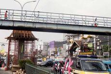 Lantai Jembatan Penyeberang Orang Pasar Minggu Penuh Lubang