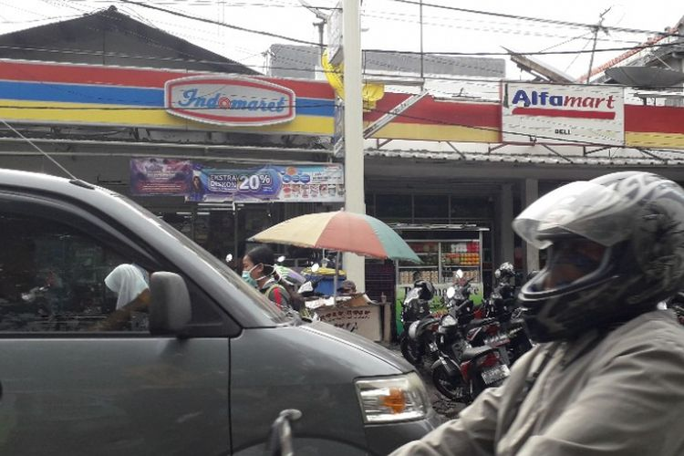Tampal depan minimarket Alfamart dan Indomarer di dekat RSUD Koja, Jakarta Utara, Jumat (1/3/2019).
