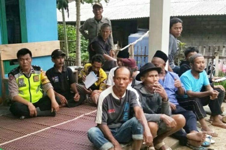 Sejumlah warga Cibadak, Sukaresmi, Cianjur, Jawa Barat berkumpul di tempat pengungsian akibat pergerakan tanah yang mengancam rumah mereka.