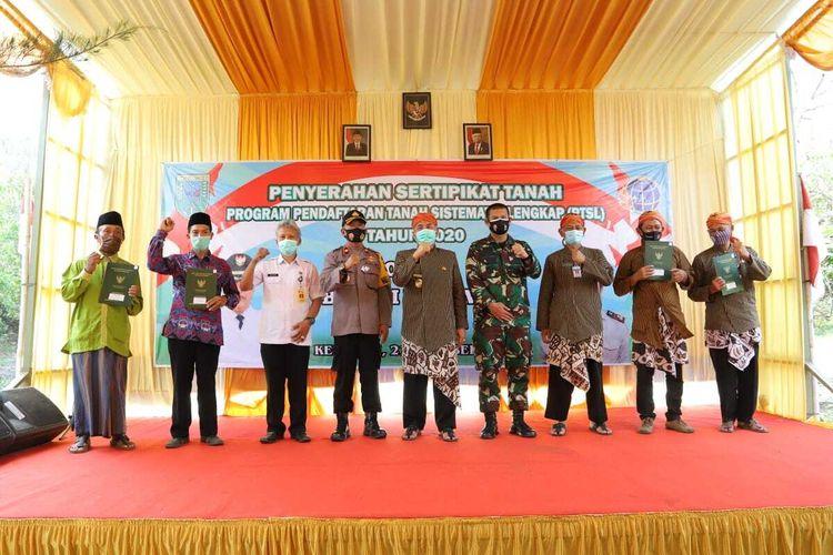 Penyerahan sertifikat tanah di Desa Brecong, Kecamatan Buluspesantren, Kabupaten Kebumen, Jawa Tengah, Rabu (21/10/2020).