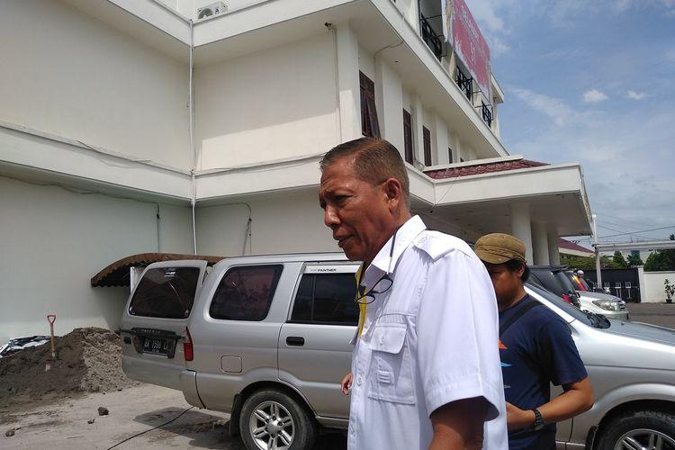Kepala Dinas Penanamam Modal Pelayanan Terpadu Satu Pintu Kota Medan, Qamarul Fattah keluar dari ruangan gedung Kejaksaan Tinggi Sumatera Utara, Kamis (31/10/2019). Dia hadir di Kejatisu untuk memenuhi pemanggilan untuk diperiksa.