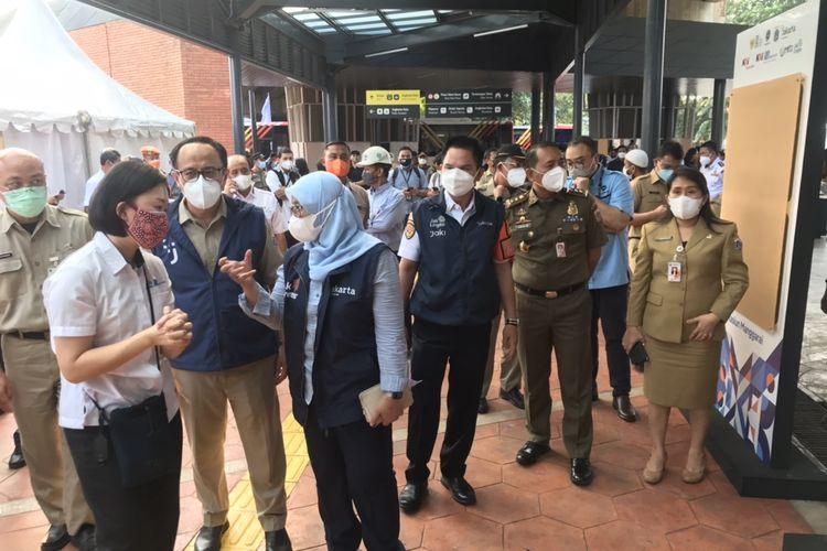 Sejumlah pejabat DKI Jakarta meninjau Stasiun Tebet jelang peresmian penataan kawasan Stasiun Tebet, Jakarta Selatan, Selasa (28/9/2021) sore.