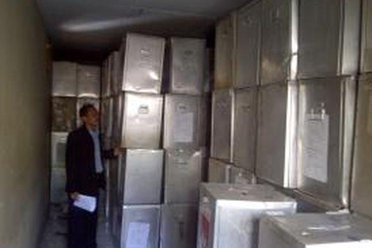 Ketua KPUD Jakarta Selatan, Muhamad Ikbal, saat mengecek kondisi kotak suara di kantor KPUD Jakarta Selatan, Selasa (16/7/2013). Dari sekitar 11 ribu kotak suara yang menjadi aset KPUD Jakarta Selatan, hanya tersisa 70 persen saja. Sementara sisanya rusak lantaran tidak adanya ruang penyimpanan yang memadai.