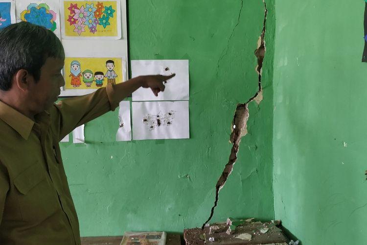 Kepala SD Asep Sugandi menunjuk retakan pada dinding yang semakin melebar akibat bencana gerakan tanah di SDN 4 Gunungguruh, Desa Cikujang, Kecamatan Gunungguruh, Sukabumi, Jawa Barat, Senin (13/01/2020).