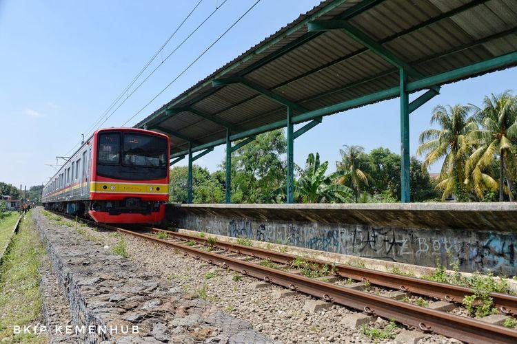 KRL melintas di Stasiun Pondok Rajeg