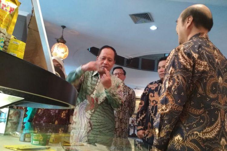 Menteri Riset, Teknologi dan Pendidikan Tinggi RI, Mohammad saatdi gerai jenang, Jalan Sunan Muria 33A Kudus, Jateng, Sabtu (2/6/2018).