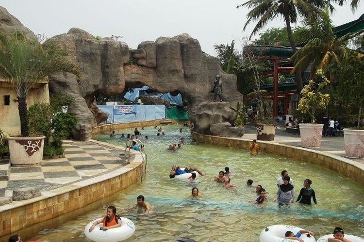 Wahana kolam arus di kolam renang Atlantis, Ancol.
