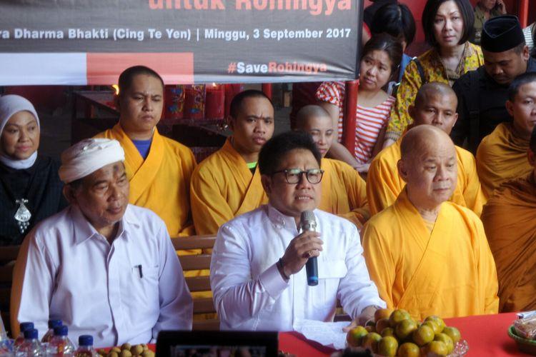 Ketua Umum PKB Muhaimin Iskandar saat menghadiri dialog dengan para Bhiksu dan pemuka agama Budha di Wihara Dharma Bakti, Glodok, Jakarta Barat, Minggu (3/9/2017). Dialog tersebut membicarakan persoalan terkait kekerasan terhadap warga Rohingya di Myanmar.