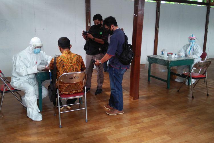 Awak media berkesempatan melakukan rapid test di Covid-19 testing center, yang berada di halaman SOR Tri Dharma.