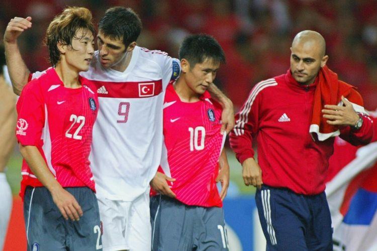 Kapten Timnas Turki, Hakan Sukur, menghibur para pemain Korea Selatan seusai laga perebutan peringkat ketiga Piala Dunia 2002 di Daegu, Korea Selatan, pada Piala Dunia 2002.