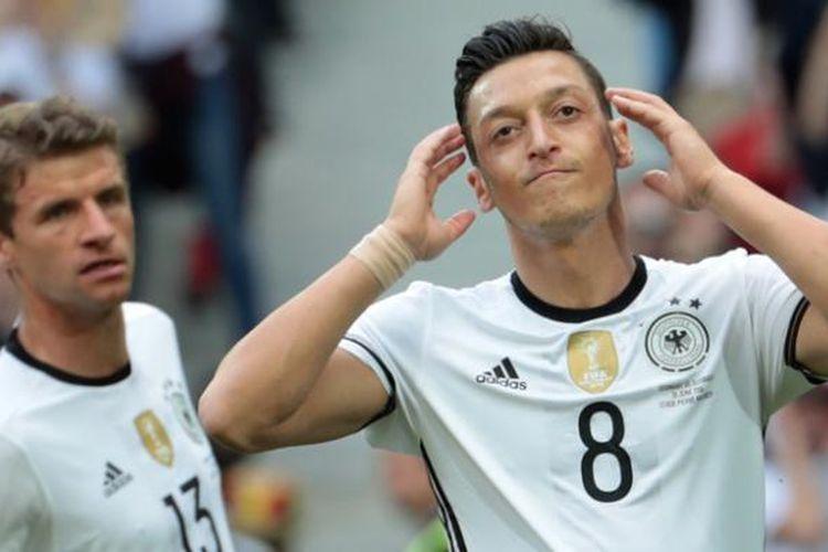 Reaksi gelandang timnas Jerman, Mesut Oezil, pada babak 16 besar Piala Eropa 2016 ketika melawan Slovakia di Stadion Pierre-Mauroy, Villeneuve-dAscq, Lille, Minggu (26/6/2016).