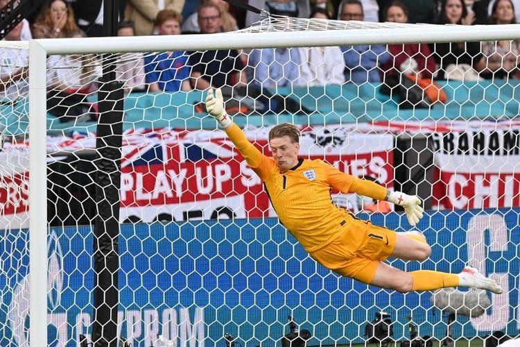 Kiper timnas Inggris Jordan Pickford tampil pada laga semifinal Euro 2020 kontra Denmark di Stadion Wembley, London, pada Kamis (8/7/2021) dini hari WIB.